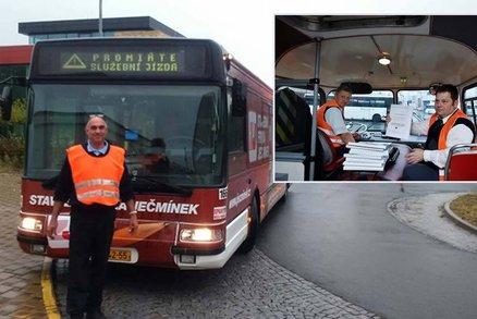 Viděli jste řidiče autobusu s vestou? Tiše protestoval proti nízkým mzdám
