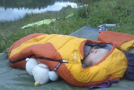 Nejlepší spacák pro dítě: Na tábor, dovolenou pod stan i jen tak na zahradu
