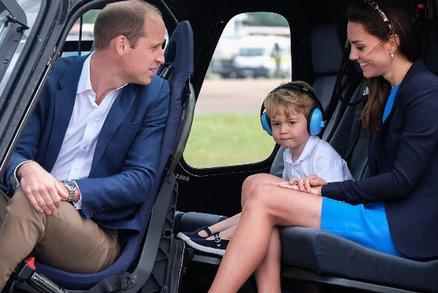 Táta William vzal malého prince George na letiště, aby si vyzkoušel stíhačku