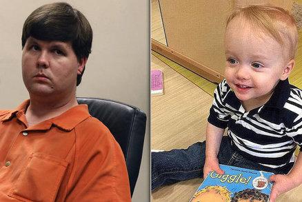 Chlapeček 7 hodin umíral v autě, otec si mezitím povídal na seznamkách s patnáctkami