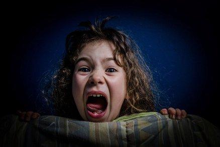 Pozor, dítě, které vyděšeně křičí ze spaní, nikdy nebuďte! Víte, co jinak hrozí?
