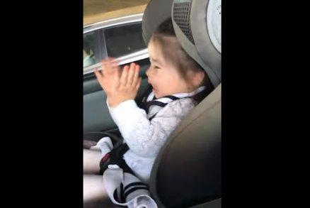 Tu miluju! Malá holčička si v autě na plné pecky užívá oblíbenou písničku