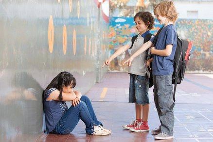 Více než polovina dětí se děsí návratu do školy, mají strach z šikany