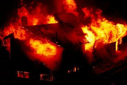Otec a jeho čtyři děti uhořeli při požáru domu: Žár byl tak silný, že těla nelze identifikovat