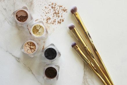 Krémové, sypké, tekuté nebo pudrové? Matné, třpytivé nebo perleťové? Vyzkoušely jsme všechny a našly jsme favority, které už z kosmetické taštičky nedáme. Které to jsou?