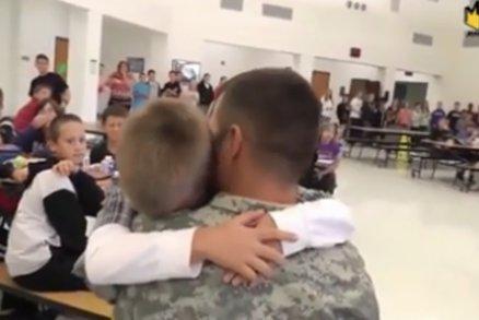 Návrat domů: Neuvěřitelně dojemná setkání vojáků s rodinou