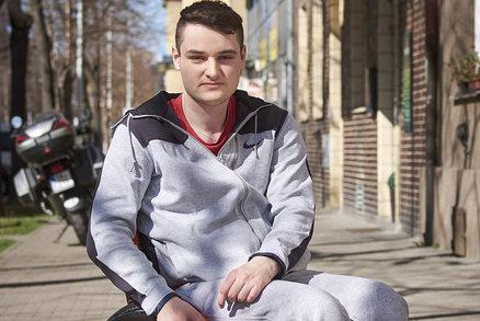 Při skoku si porušil míchu a skončil na vozíku. Život se mu ale prý nezměnil!