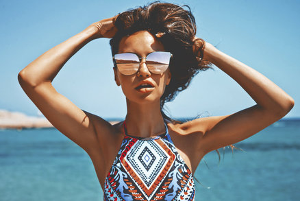 Během léta naše vlasy dostávají pořádně zabrat. Slaná a chlorovaná voda jim zrovna dvakrát neprospívá, a proto je důležité se o ně pořádně starat. Stejně jako chráníte před slunečními paprsky své tělo, nezapomínejte ani na vlasy.