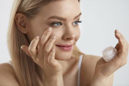 Oblast kolem očí stárne mnohem rychleji než jiné části pokožky obličeje a jde o místo, které při úsměvu nejvíce namáháte. Z toho důvodu si zaslouží speciální péči v podobě očních krémů. Vyzkoušely jsme jich pro vás několik. Které vás zbaví vrásek a kruhů pod očima?