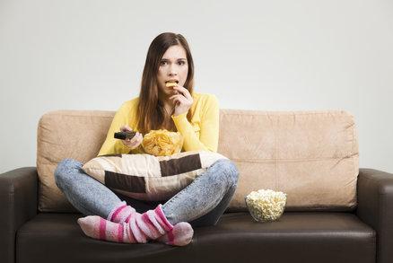 Zatímco přes den jste v jednom kole a jídlo si nežádá tolik pozornosti, odolat pokušení ve večerních hodinách je mnohem těžší. Po celém dni se těšíte, až si lehnete na pohovku, zapnete televizi a budete mlsat. Vytvořili jste si zlozvyk, kterého se není snadné zbavit. Zkuste ho proto pouze upravit, aby korespondoval se zdravým životním stylem. Vyměňte brambůrky za zdravější pochutiny! Poradíme vám, které to jsou.