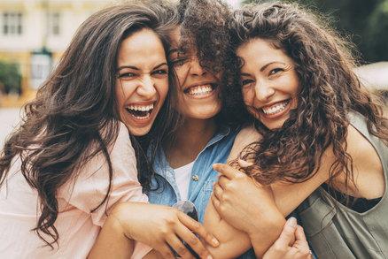 Během života potkáme stovky lidí. Někteří nás osloví hned, jiní se jen pozastaví a zase jdou jinam. Totéž platí o kamarádech. Ne všichni, kteří to o sobě prohlašují, jsou skutečnými přáteli, za které byste mohli dát ruku do ohně. Kteří lidé bývají nejlepšími přáteli? Jsou to ti, kteří oplývají těmito osobnostními rysy!