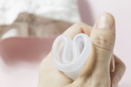 Ženy používají menstruační kalíšky jako pomocníka při otěhotnění. Jak?