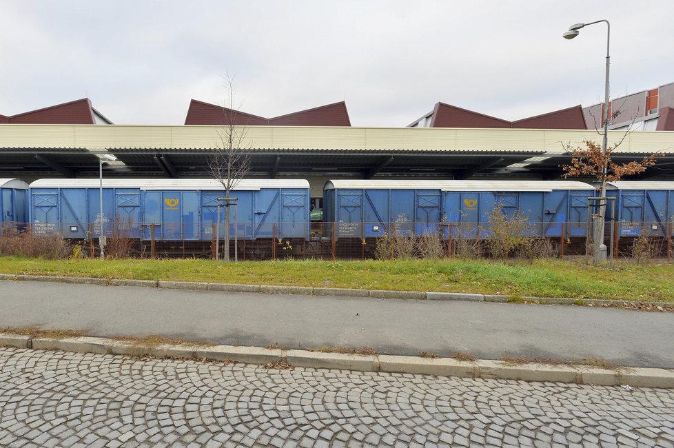 Do poštovní třídírny v Malešicích by se vešlo 14 fotbalových stadionů.