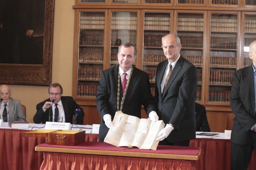 Rektor Univerzity Karlovy Tomáš Zima a originál papežského souhlasu s jejím založením z roku 1347.