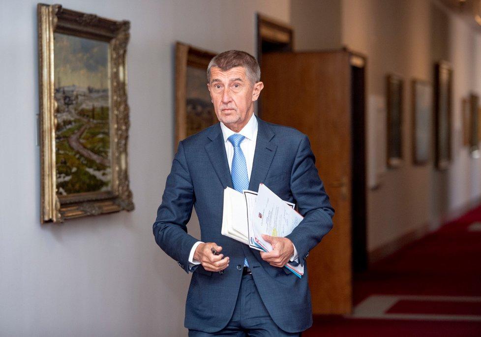 Premiér Andrej Babiše přichází na jednání vlády (15. 4. 2019)