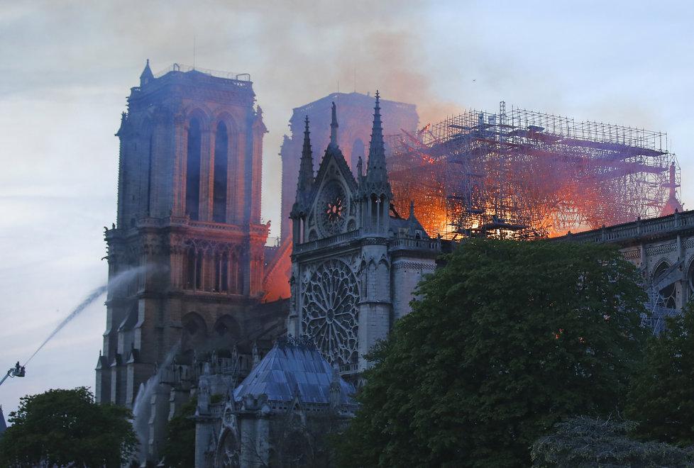 Požár v pařížské katedrále Notre-Dame