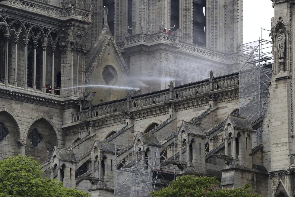 Škody po ničivém požáru