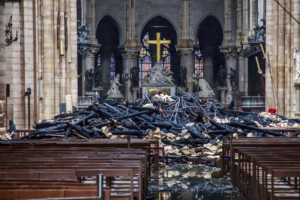 Fotografie ukazují reálný rozsah následků ničivého požáru v Notre-Dame