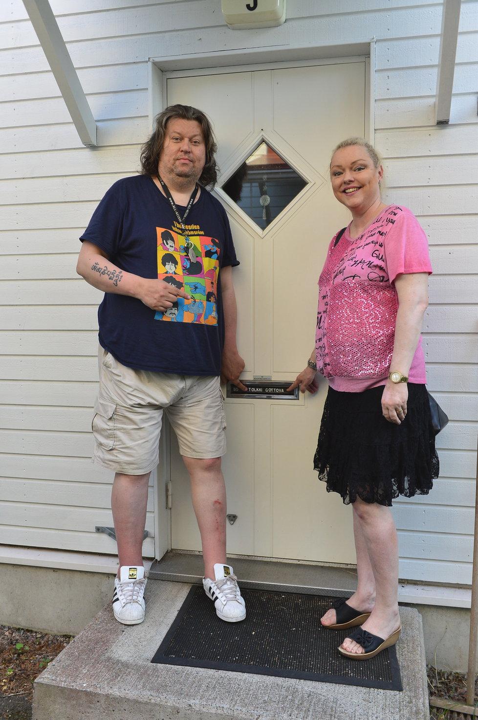 Dominika Gottová a Timo Tolkii před svým domem ve Finsku