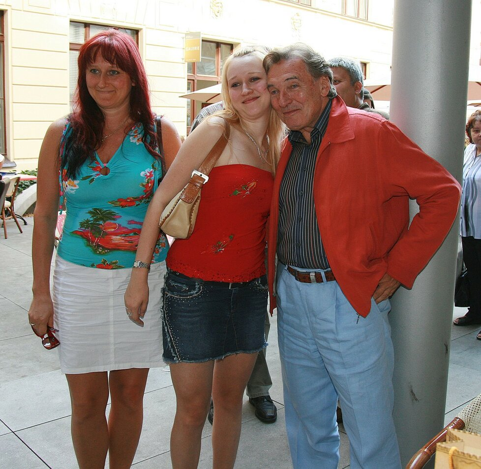 Iveta Kolářová. Poznali se, když s kamarádkou po koncertě vtrhla do jeho šatny. Je matkou jeho druhé dcery Lucie.