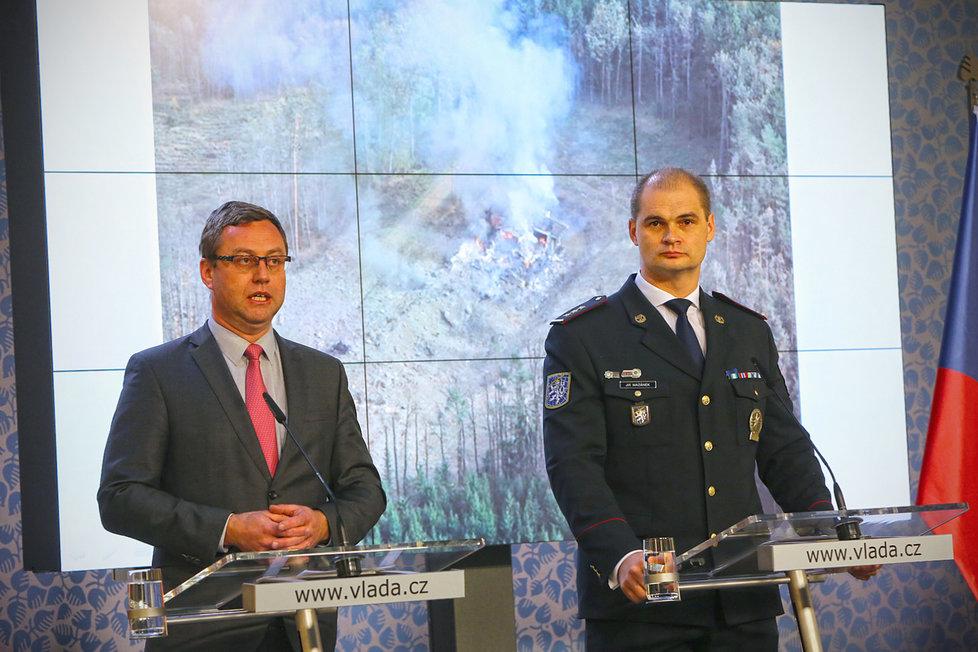 Nejvyšší státní zástupce Pavel Zeman a ředitel Národní centrály proti organizovanému zločinu (NCOZ) Jiří Mazánek na tiskové konferenci po jednání vlády (19.4.2021)