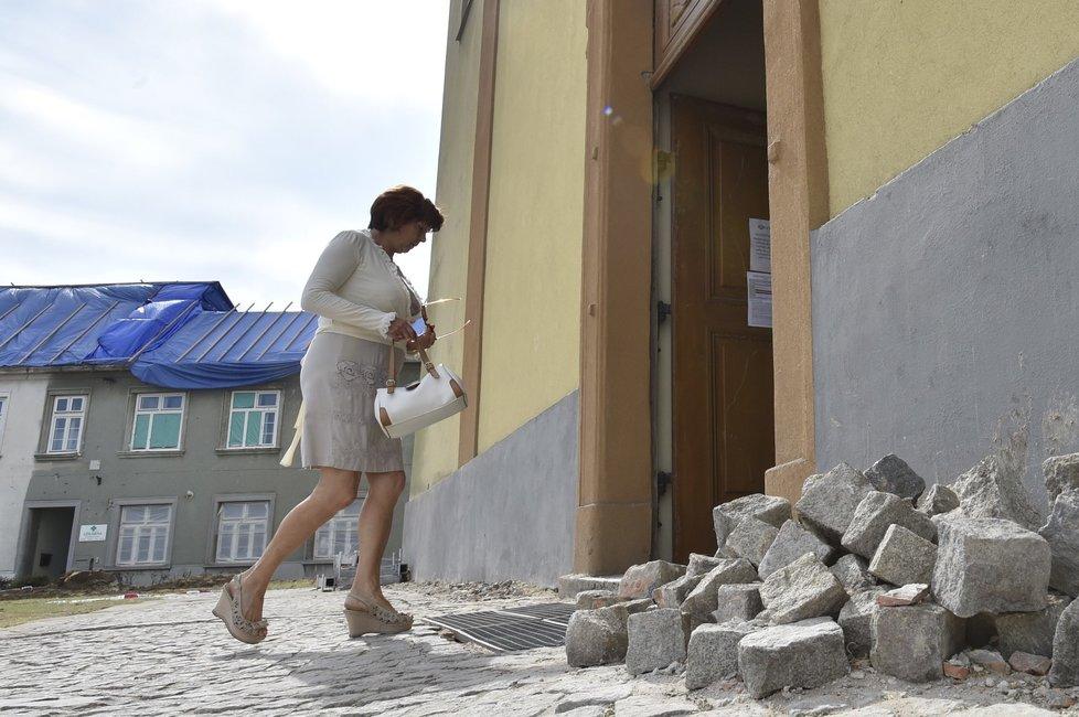 Mše ve zničeném kostele v Moravské Nové Vsi.