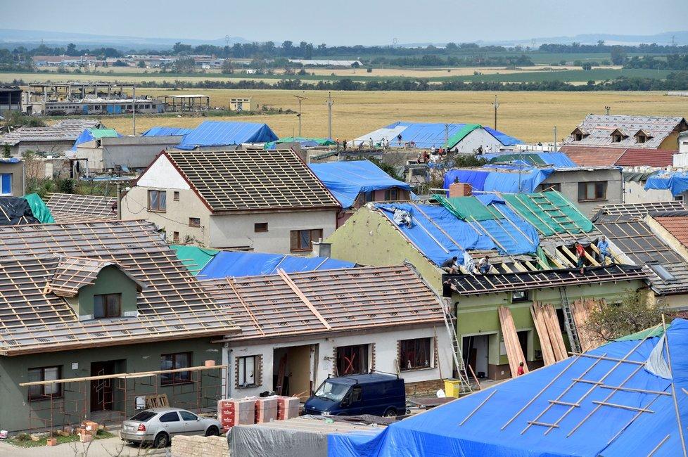 Odklízení trosek v Moravské Nové Vsi a modré střechy.