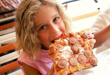 Na obezitě dětí mají největší podíl rodiče, kteří jim dávají nevhodná jídla