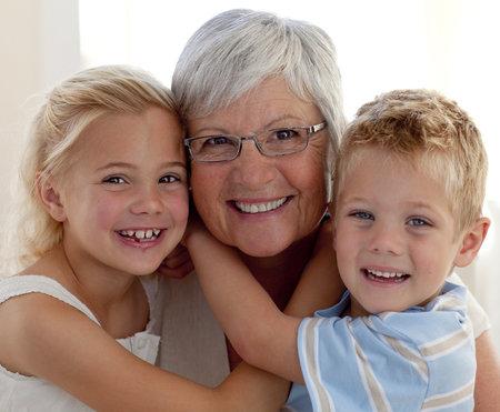 Ne každý má štěstí, že babička je s vnoučaty ráda a přitom nekomentuje způsob, jakým je rodiče vychovávají.