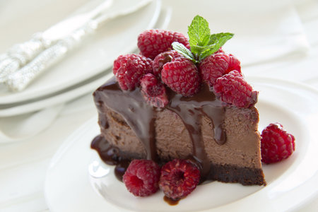 Oslavte konec prázdnin například čokoládovým cheesecakem s malinami