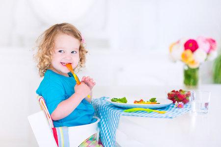 """Pokud dítěti nějaké jídlo """"nejede"""", nenuťte ho do toho. Mohli byste mu to zprotivit."""