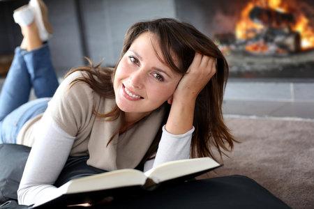 Chcete si odpočinout od vánočního úklidu? Zavřete se někam do klidu, s knihou. Poradíme vám, které stojí za to si přečíst!