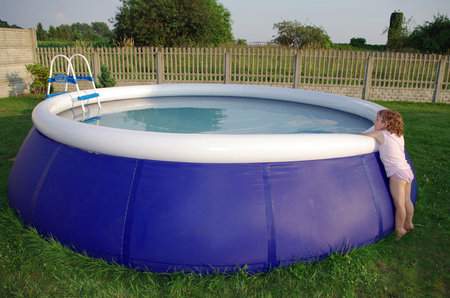 Neoplocené bazény a jezírka jsou smrtelně nebezpečné, pokud do nich dítě spadne, může se utopit nebo nedostatek kyslíku nevratně poškodí jeho mozek!