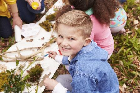 Nechte děti postavit domeček z přírodních materiálů