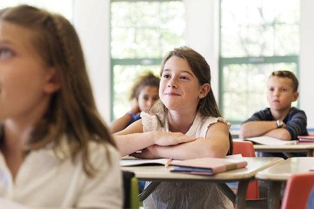 Měli byste zbystřit, pokud zjistíte, že potomek nosí učiteli dárečky, neustále o něm hovoří a nábožně na něj kouká?