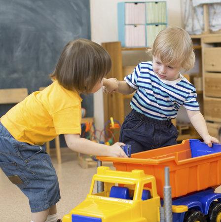 """Dělení se o hračky? """"Malé děti se málokdy umí vcítit do mysli druhého a vidět věci z jeho úhlu pohledu,"""" říká odborník."""