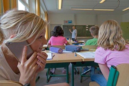 Francouzský ministr školství chce zakázat v základních a středních školách mobilní telefony.
