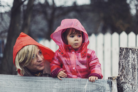 Prší? Oblékněte si pláštěnku a vyrazte ven, třeba jen na deset minut. Zlepší se vám nálada!