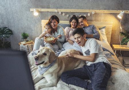 Rodina sleduje televizi