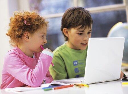 Děti v předškolním věku dokážou většinou obsluhovat počítač, ale neumějí plavat, jezdit na kole nebo si zavázat tkaničku
