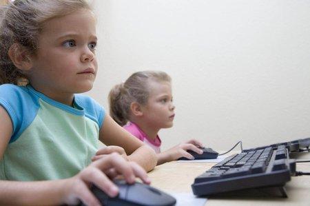 Ilustrační foto. U počítače teď děti tráví stále více času. Britský učitel vytáhl proti dětské závislosti do boje.