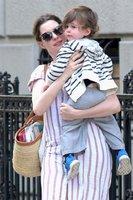 Anne Hathaway při výchově syna opisuje od Kate Middleton!
