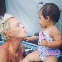 Jaké to je mít dítě po padesátce? Rudá Sonja Brigitte Nielsen se chlubí dcerou