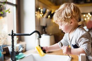 20 věcí špinavějších než záchod, na které děti běžně sahají. Čeho se bát?