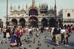 Za sezení na chodníku pokuta až 13 tisíc: Benátky chystají další bič na turisty