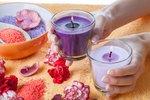 Vosk ze svíček na ubruse, sklenicích či nábytku? Pro odstranění zapojte fén i mrazák