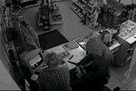 Lupič přepadl prodavačku na benzínce: Měl jen kudlu a vzkaz!