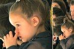 To je nuuudááá: Harper Beckham se na přehlídce své mámy dloubala v nose