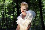 Porcelánová panenka s rudými rty? Ne, to je hororová proměna Adama Mišíka
