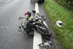Mladý motorkář (†25) spadl přímo pod kola auta: Řidič ho přejel, zemřel na místě